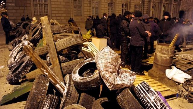 Demonstranten in Kiew vor einer Barrikade.