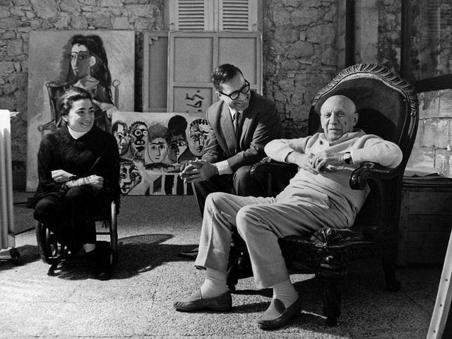 Pablo und Jacqueline Picasso und Museumsdirektor Franz Meyer sitzen in einer Runde.