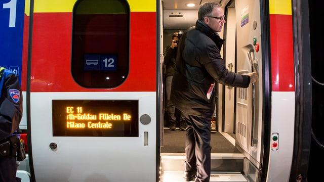 Andreas Meyer, CEO SBB, entra en il tren d'avertura a Turitg che cursescha en direcziun Lugano.