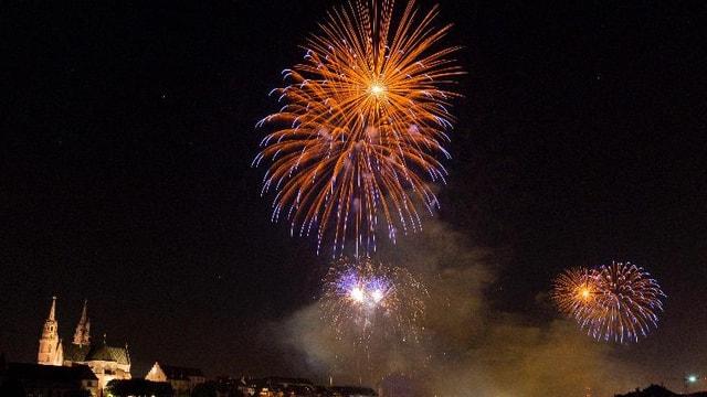 Feuerwerk über dem Rhein in Basel.
