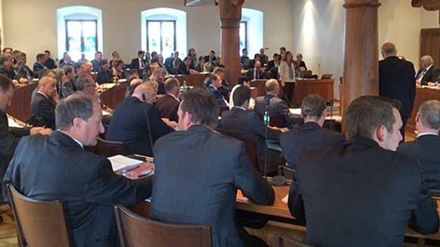 Die Parlamentarier sitzen im Kantonsratssaal.