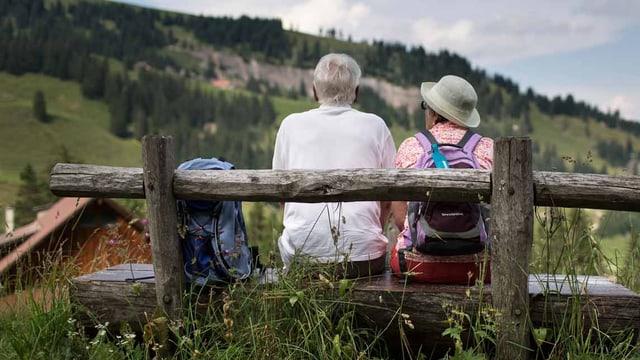 Zwei Alte sitzen auf einer Bank.