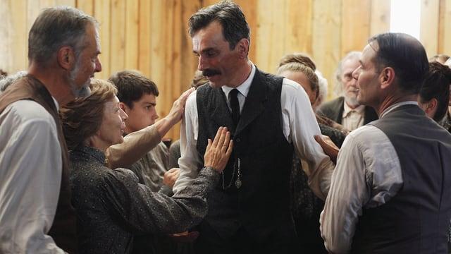 Daniel Day-Lewis als Daniel Plainview (Mitte).