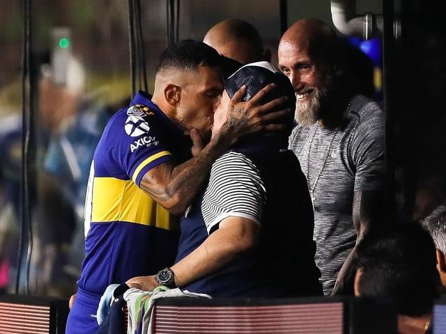 Carlos Tevez küsst Diego Maradona.