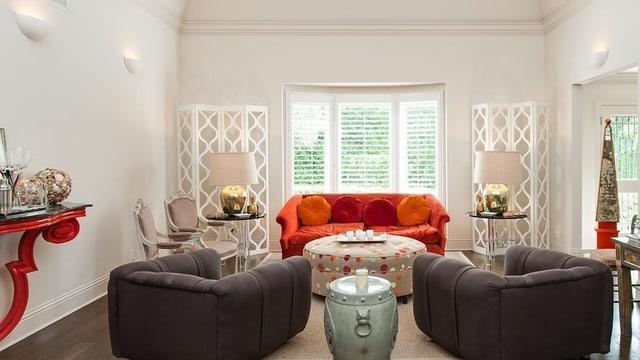 Kleines Sofa mit zwei Sesseln und einem kleinen Tisch.