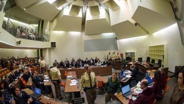 Blick auf die Anklagebank im Gerichtssaal am Oberlandesgericht in München.