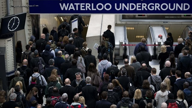 Menschen in U-Bahn.