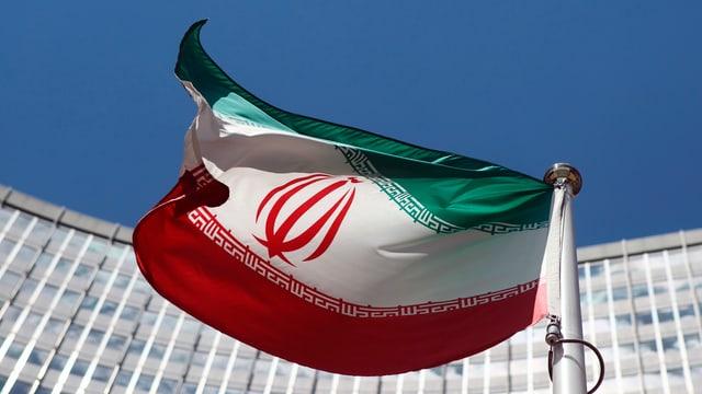 Iranische Flagge vor einem Hochhaus