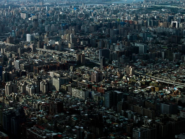 Blick auf die Stadt mit vielen, nah beieinander stehenden Hochhäusern.