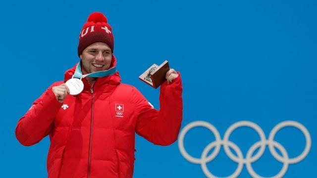 Feuz strahlt mit seiner Silbermedaille um die Wette.