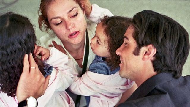 Eine Frau und ein Mann mit zwei Mädchen.