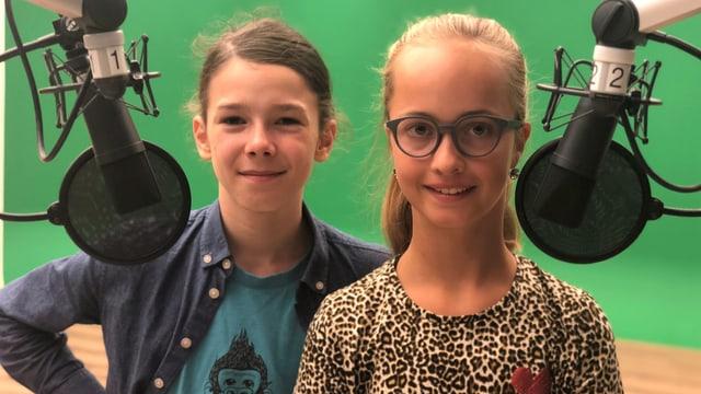 Zwei Kinder an einem Mikrofon.