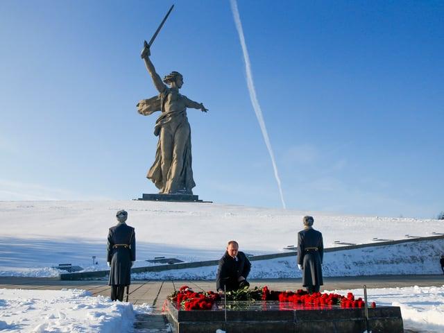 An der Gedenkstätte Mamajew Kurgan legt Putin einen Kranz nieder.