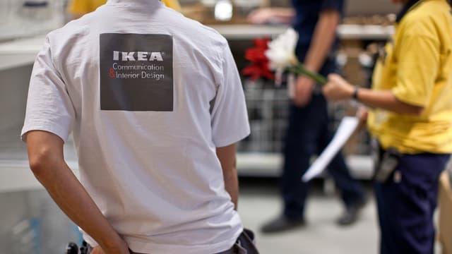 s migrants duain vegnir occupads en la logistica u en la vendita, uschia IKEA.