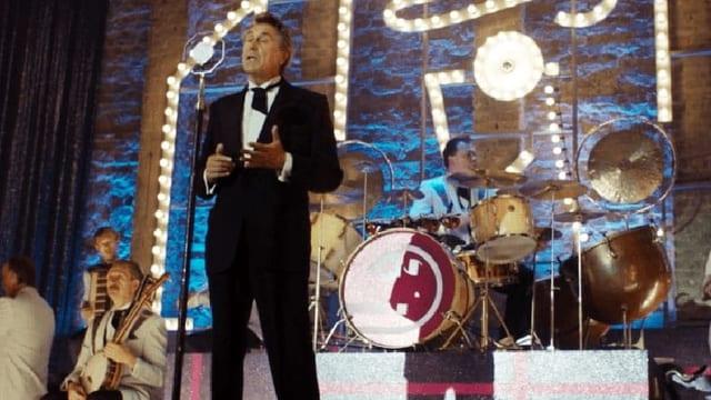 Bryan Ferry steht auf der Bühne.