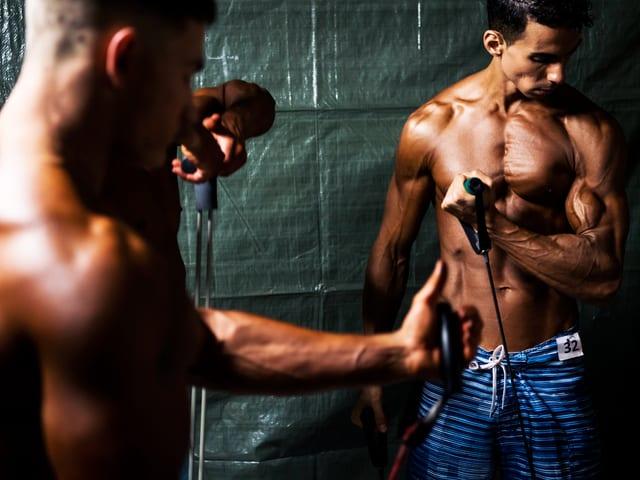 Männer beim Muskeltraining.