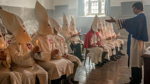 Totale einer Sitzung des Ku-Klux-Klans aus dem Film.