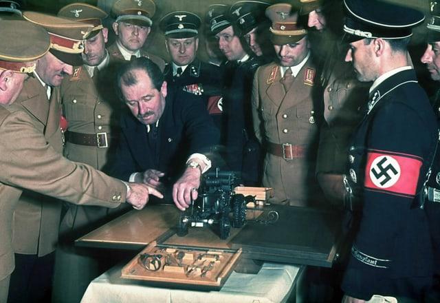 Zu sehen Ferdinand Porsche mit uniformierten Nationalsozialisten 1939.