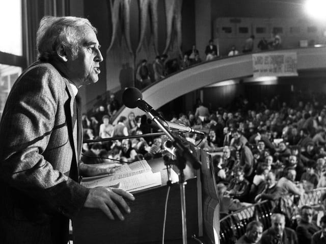 Hubacher am Rednerpult an einem Parteitag 1984.