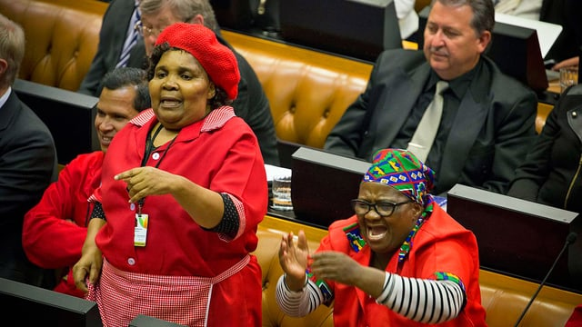 Zwei Parlamentarieninnen protestieren im Parlament