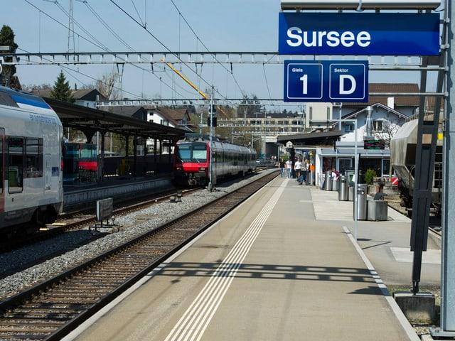 Bahnhofschild mit dem Namen Sursee.