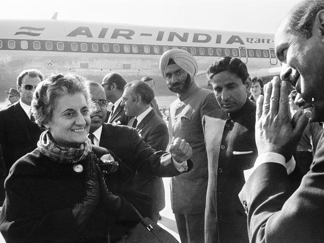 Indira Gandhi kommt 1970 am Flughafen in Genf an.