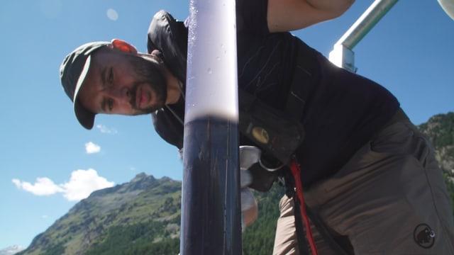 Remo Röthlin cun ina bavrola da sediment