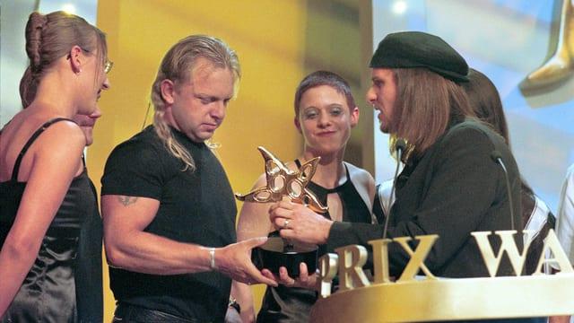 Gölä erhält von Chris Von Rohr einen Prix Walo überreicht.