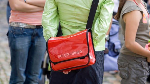 Frauen mit einer Tasche mit der Aufschrift «Solothurnerin»