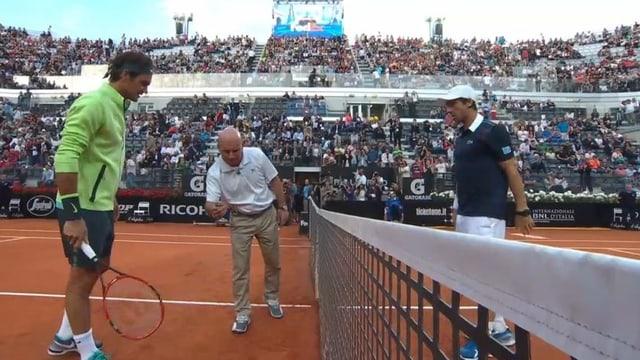 Roger Federer und Pablo Cuevas am Netz.