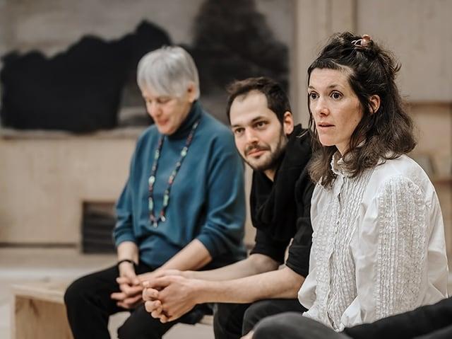 Ein Mann und drei Frauen sitzen in einer Gesprächsrunde.