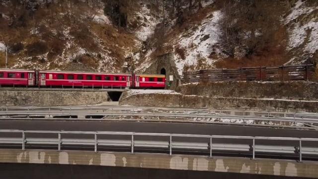 Tren che va en il tunnel da Magnacun e la via chantunala