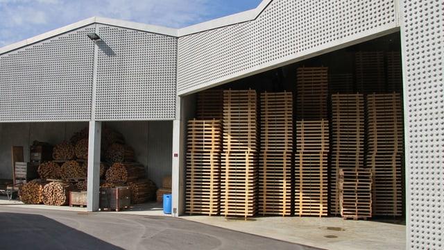 Eine Lagerhalle, gefüllt mit neuen Holzpaletten