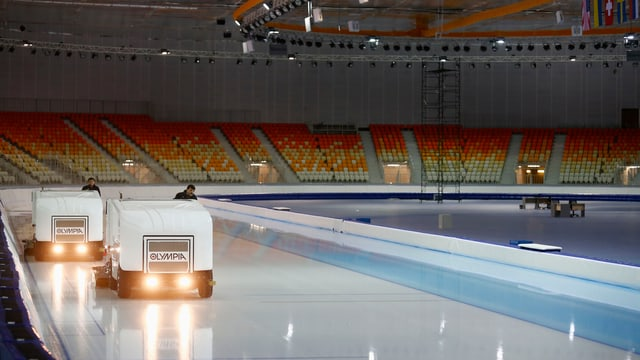 Eisreinigungsmaschinen bringen die Adler Arena für die Eisschnelllauf-Wettbewerbe in Schuss.