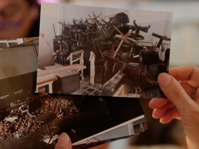 Fotos von zertrümmerten Stühlen und zertrümmertem Büromaterial.