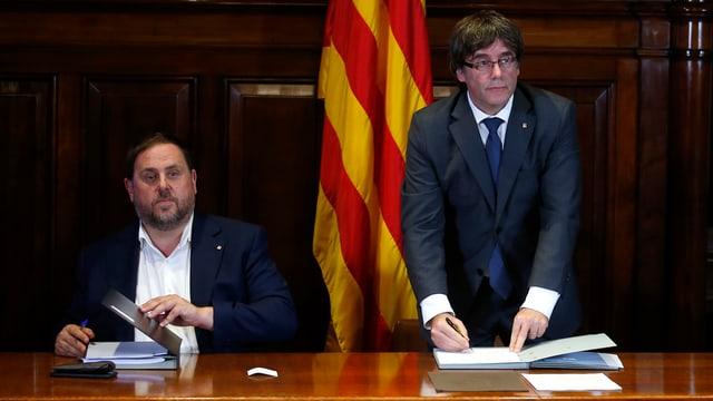 Zwei Männer vor katalonischer Fahne