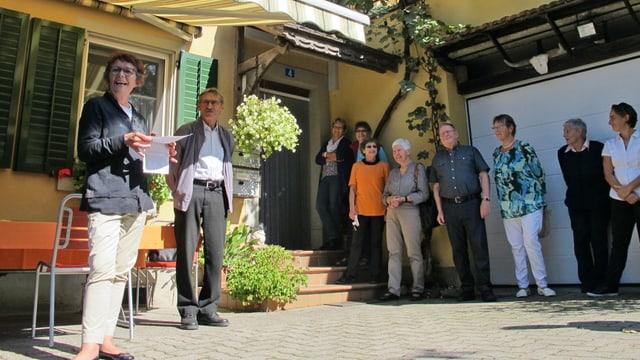 Besuch im Sunnegg: Cornelia Wunderli (links) von der Alzheimervereinigung SH zeichnet die neue Tagesstätte aus.