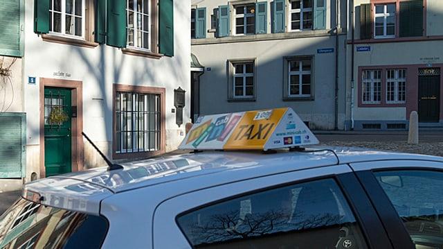 Dach eines Taxis in Basel.