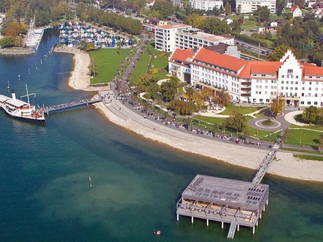 Blick auf einen Anlegesteg im Hafen von Lochau.