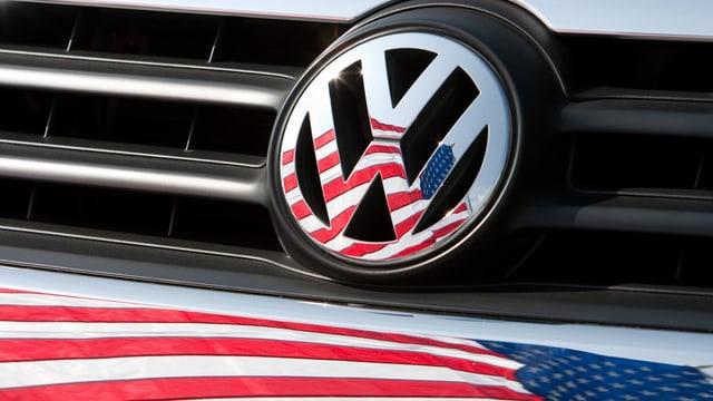 Das Signet vom VW mit einer US-Flagge.