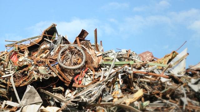 Abfallhaufen, auf dem ein Fahrrad zu erkennen ist.