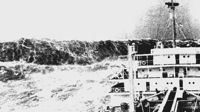 Schwarzweiss-Foto einer Monsterwelle als Wand