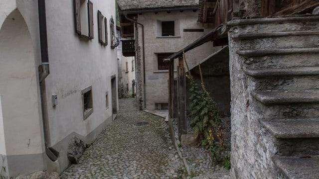 Eine Gasse im Bergeller Dorf Bondo.