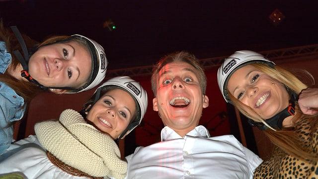 Tolles Spielteam: Reto Scherrer und die drei Engel, Ariella Käslin, Melanie Oesch und Christa Rigozzi.