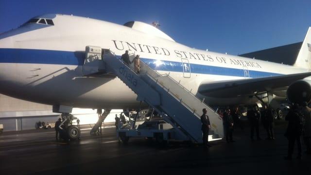 Der US-Verteidigungsminister «Ash» Carter steigt aus dem Flieger nach seiner Ankunft am Flughafen Zürich.