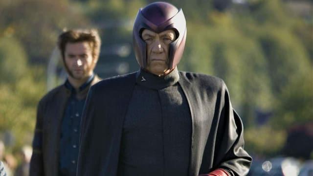 Magneto mit Helm und Umhang