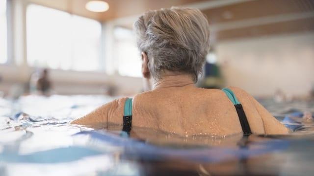Alte Frau im Wasser.