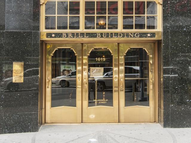 Die Eingangstür des Brill Building. Sie ist golden.