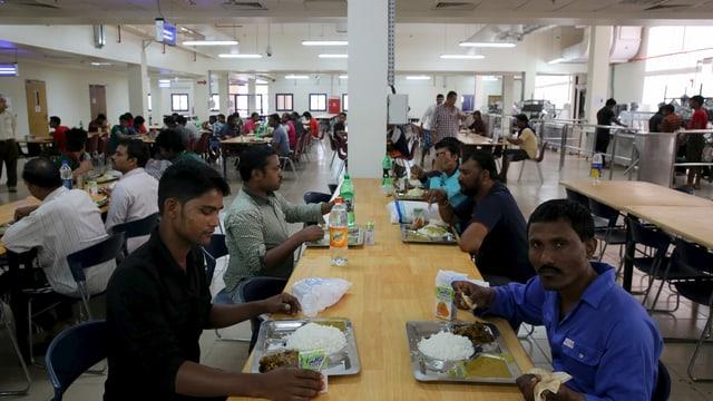 Männer in Speisesaal am essen.
