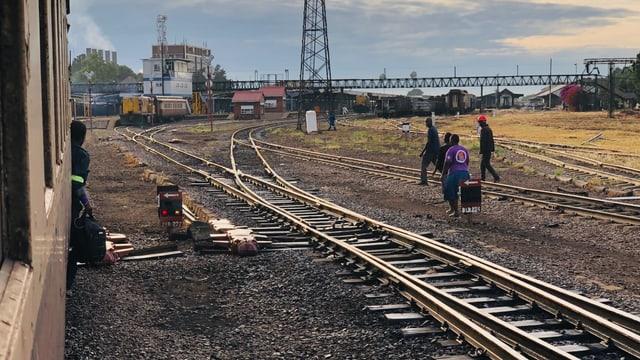 Der Zug fährt in den Bahnhof von Bulawayo ein.